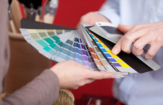 Bild mit einem Farbfächer während einer Beratung