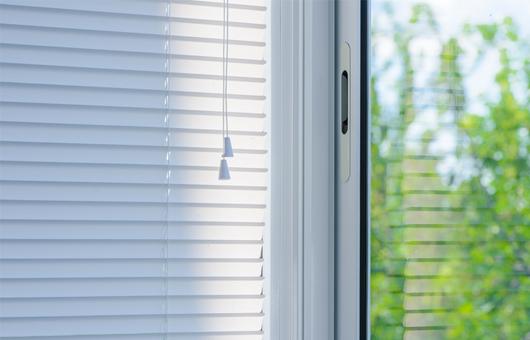 Ein weißes Plissee vor einem Fenster