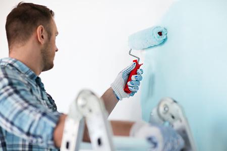Ein Maler der die Wand streicht